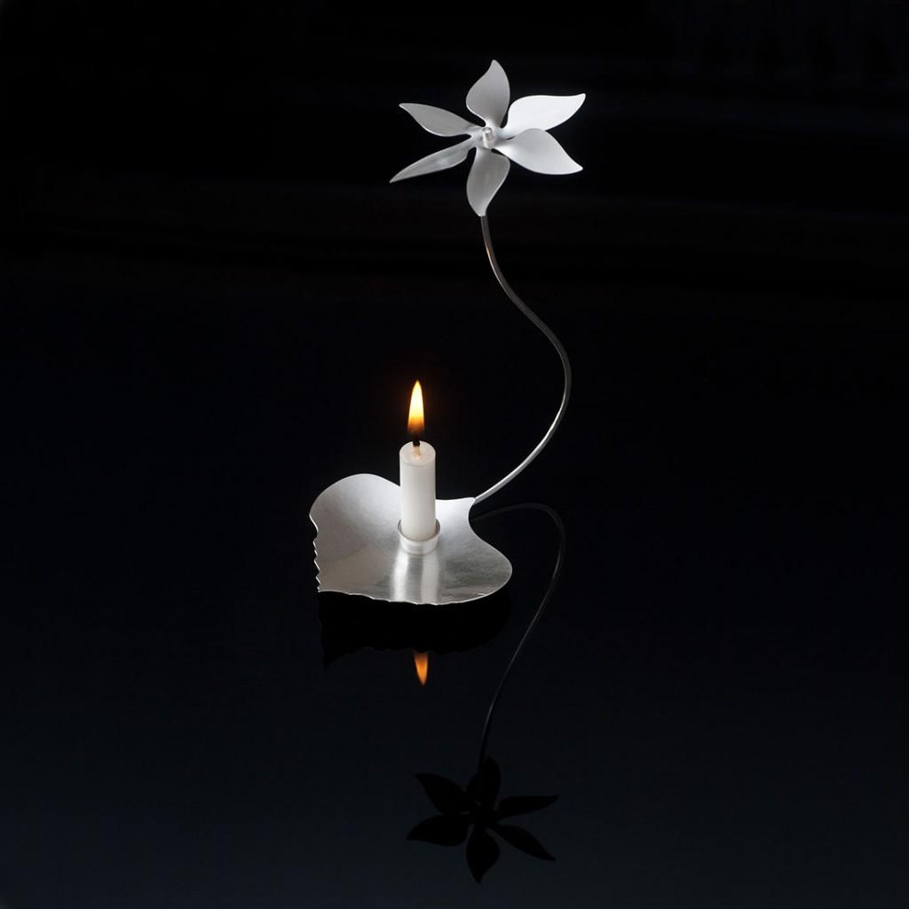 Blomsnurra,änglaspel i silver. Ljusstake av Petronella Eriksson.