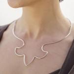 Fransk lilja, halsmycke av silver. Petronella Eriksson.