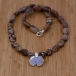 Tvåbladig begona i silver på brun stencollier med blå calsedon. Petronella Eriksson