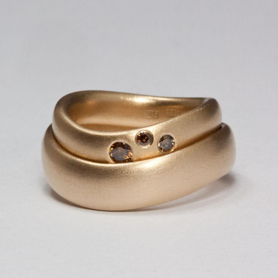 Subtila ringar i rött guld med kaffefärgade diamanter. Petronella Eriksson 0457ecbcdf5ca