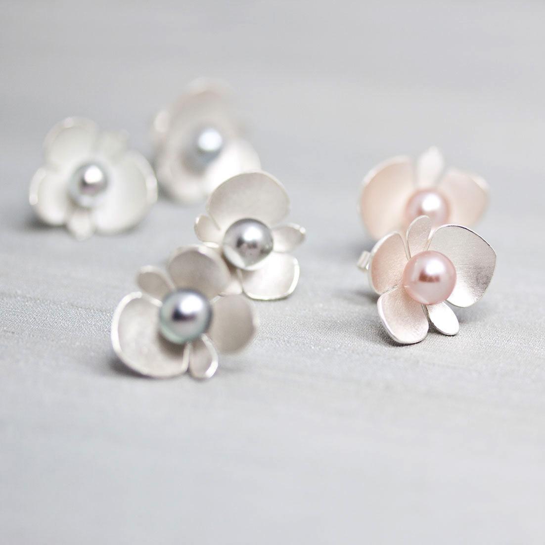 Nutida_Svenskt_Silver_begonia_silver Petronella_Eriksson _unika_smycken_freshwater_pearls _earrings