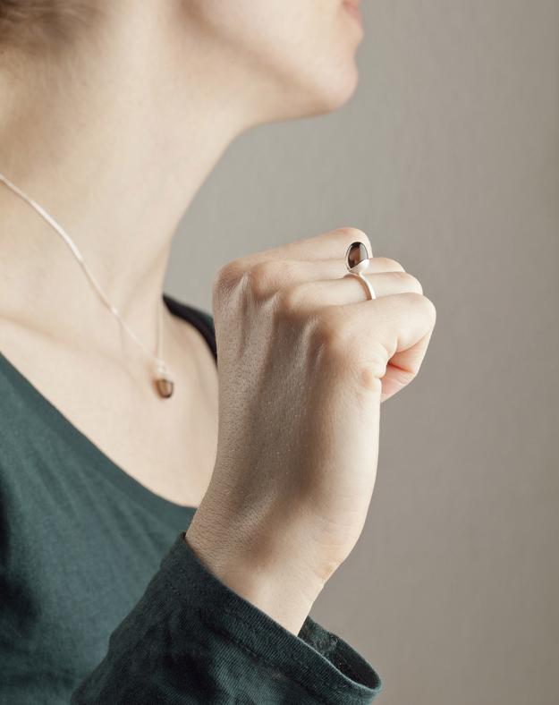 Vide, halssmycke och ring av Klara Eriksson. Foto Christian Habetzeder.