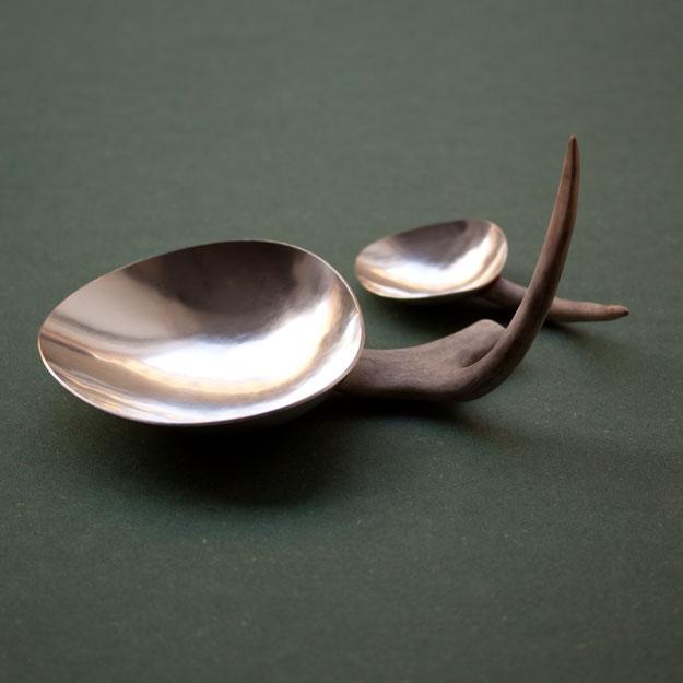 """Klara Eriksson, """"I serve you"""", silver och renhorn."""