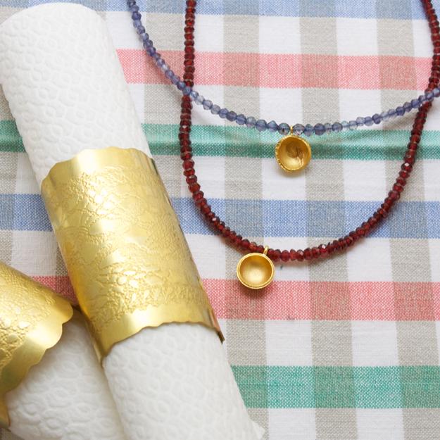 Servettringar och halsband.