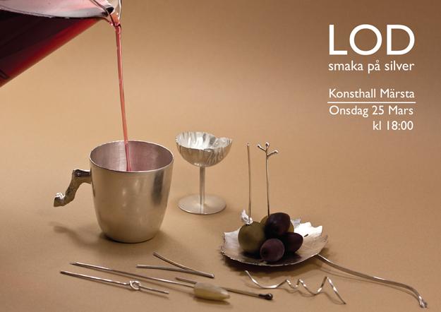 På Konsthall Märsta får man prova att dricka ur silverbägare och äta med jubileumscocktailpinne.