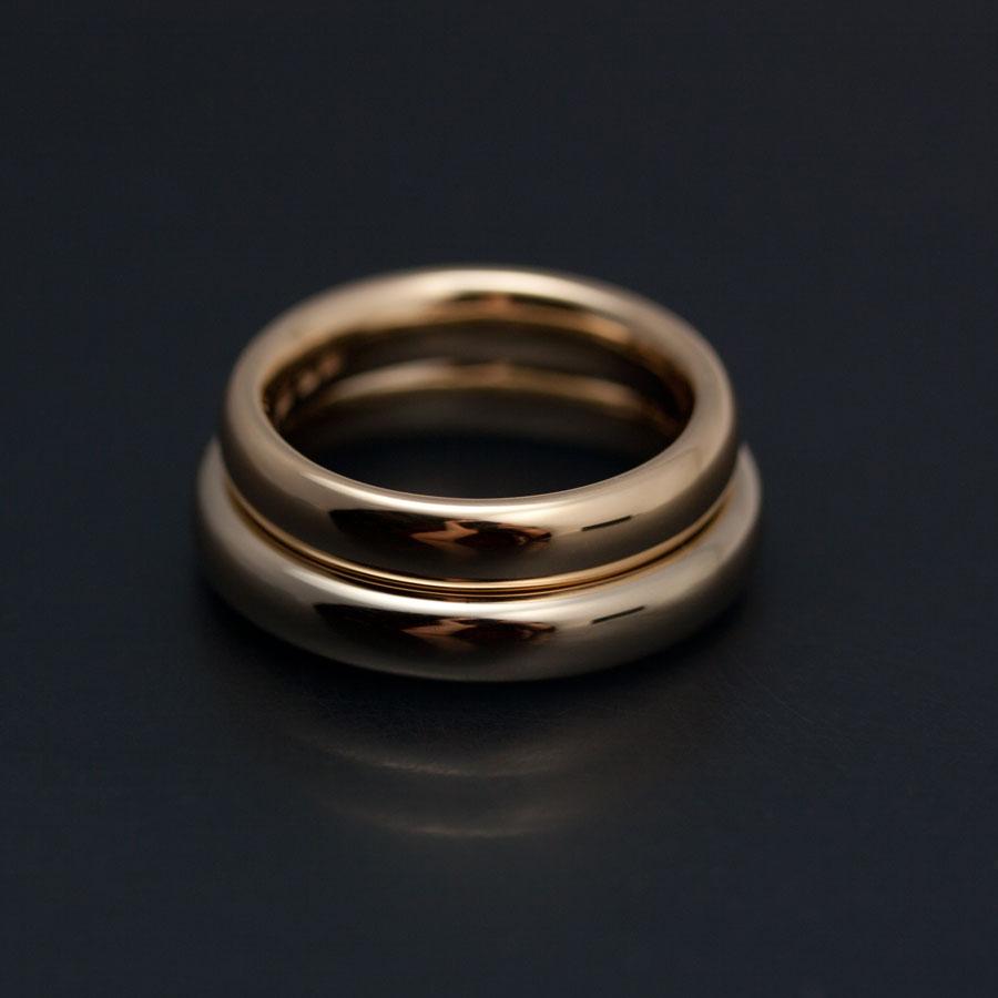 Vigselringar i champange färgat och rött 18k guld av Petronella Eriksson. Här med blank yta.