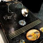 Petronellas stora halssmycke i silver och citronkvarts på en gammal Amerika koffert!