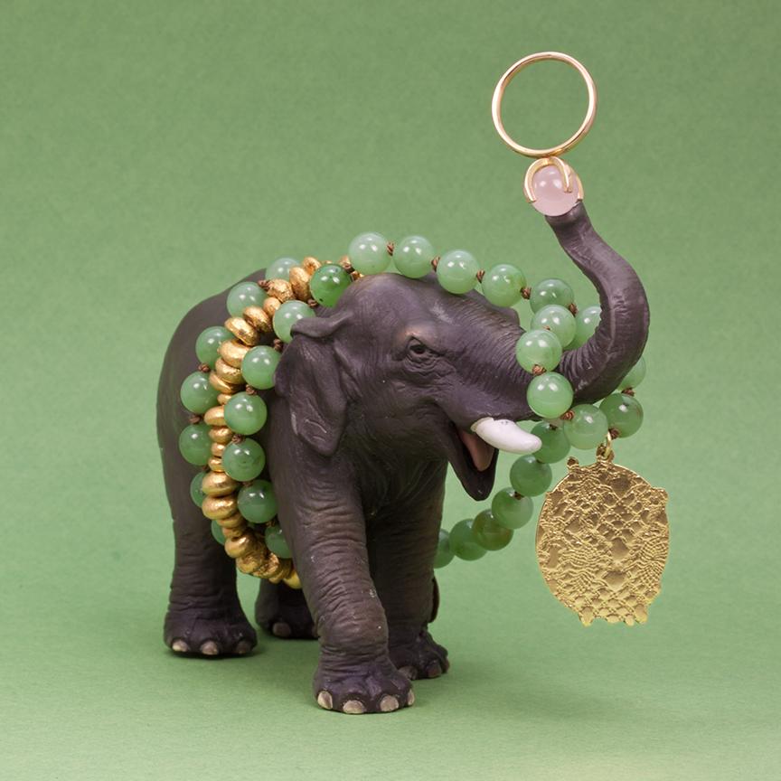 Elefanten med Klara halsmycke i guld och jade, samt ring i guld och rosenkvarts och armband i8 förgyllt silver av Pernilla.