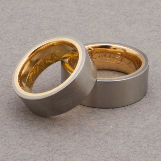Förlovningsringar av titan och guld.