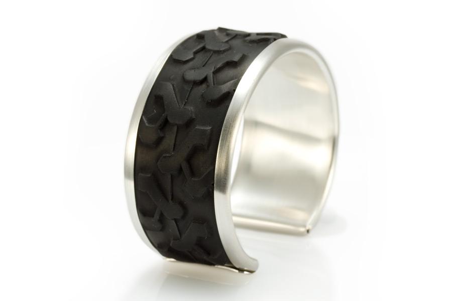Armband med cykeldäck av erik Tidäng.