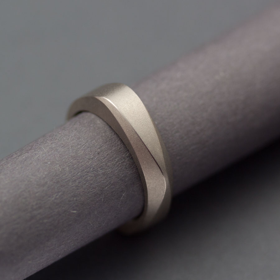 Petronellas geometriska ring i vitguld med mattslagen yta
