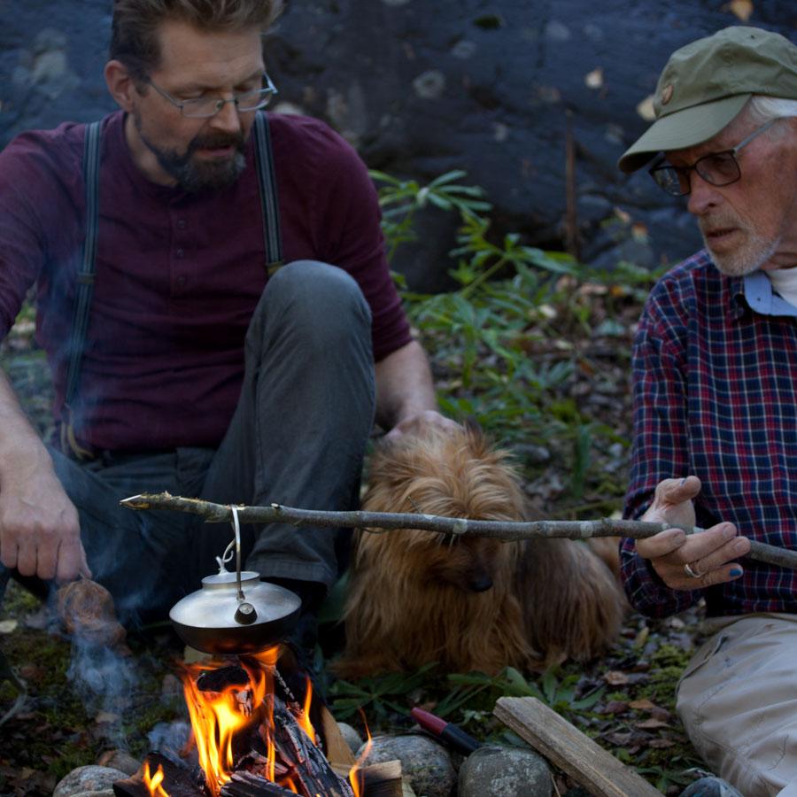 Silver kaffekanna över öppen eld. Petronella Eriksson