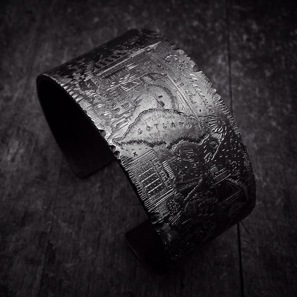 Graverat armband i oxiderat silver av Pierce Healy