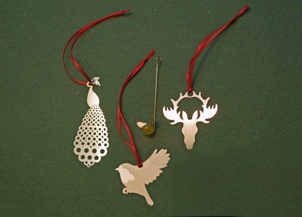 LODs etsade juldekorationer finns i nysilver, stål, koppar, mässing och brons.