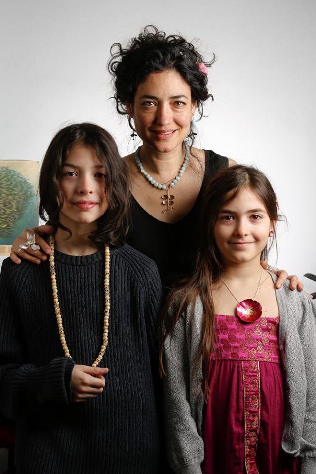 På galleri LOD kan du få hjälp att köpa så väl smycken som föremål!